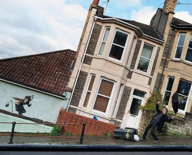 """Новая работа Бэнкси """"повалила"""" дома в Бристоле (3 фото)"""