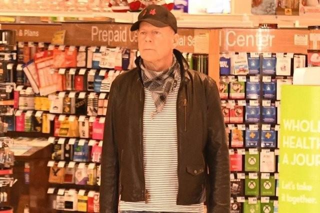 Брюс Уиллис - ковид-диссидент: он отказался надевать маску, за что его выгнали из магазина