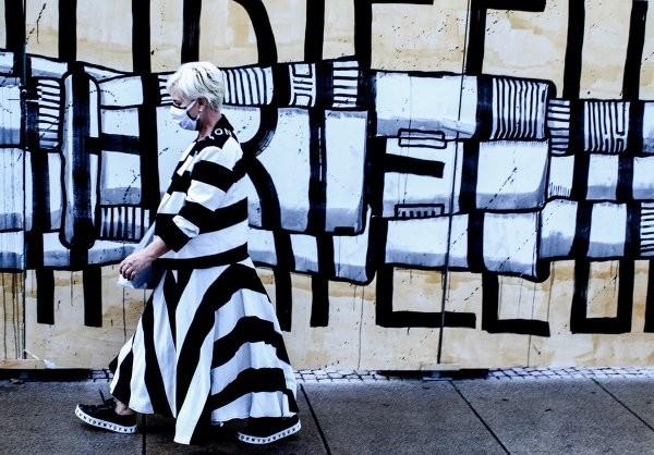 Случайности не случайны: интересные совпадения объективе уличного фотографа Ишайи Линденберга (16 фото)