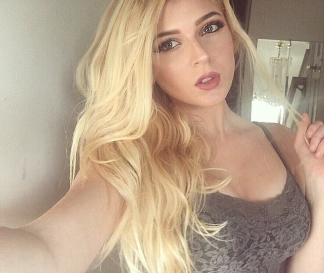 Религия не мешает: набожная Instagram-модель Линдси Капуано сколотила состояние на откровенных фото (15 фото)