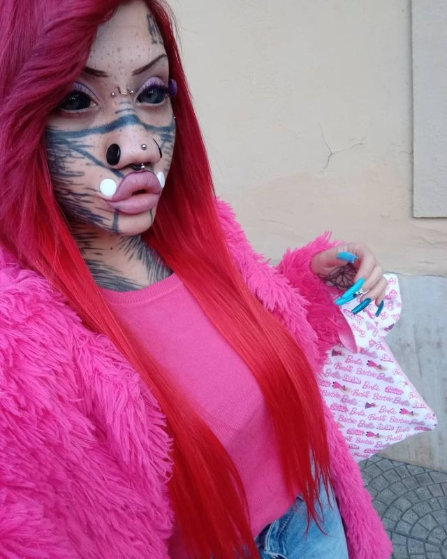 Айдин Мод - молодая итальянка, которая превратила в себя в демоническую куклу Барби (12 фото)