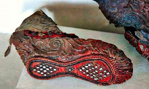Подборка удивительных артефактов из древности (14 фото)