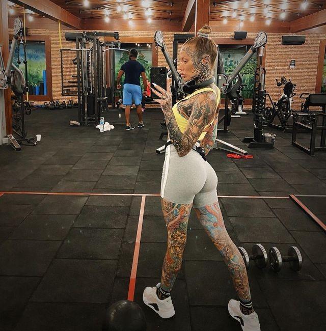 Беки Холт - самая татуированная девушка в Великобритании (15 фото)