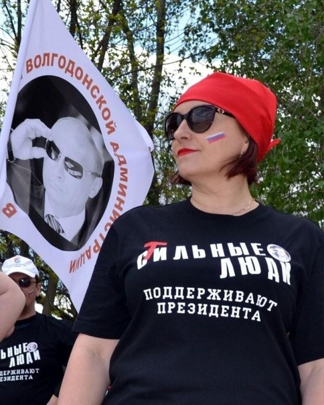 Люди, которые любят футболки с нелепыми надписями (15 фото)