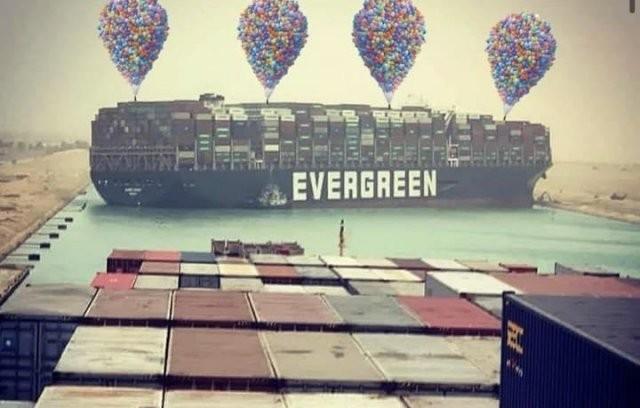 Шутки и мемы про контейнеровоз Ever Given, который заблокировал Суэцкий канал (20 фото)