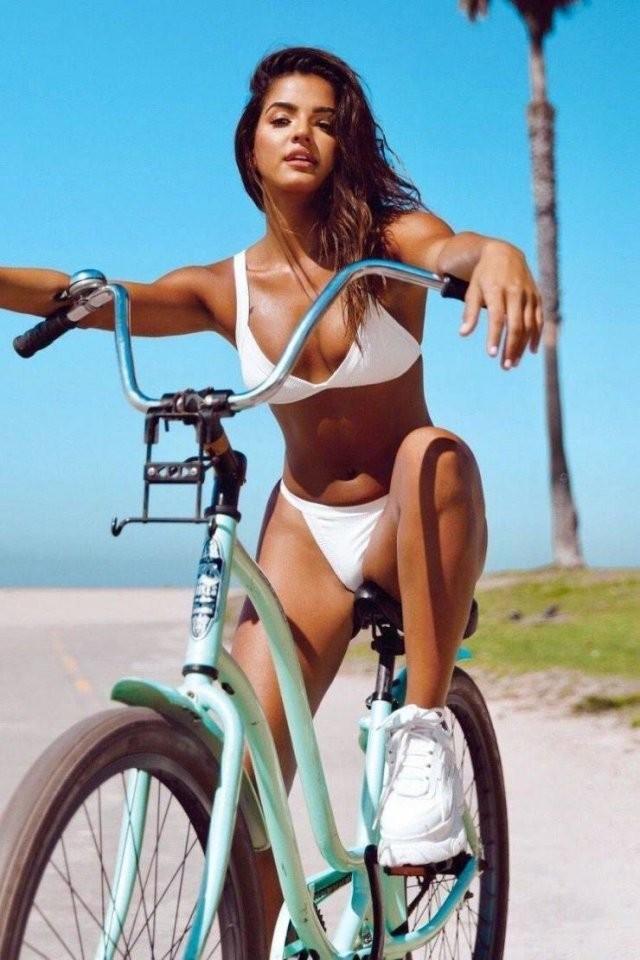 Девушки на велосипедах (25 фото)