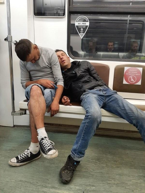 Модники и чудаки в метро (20 фото)