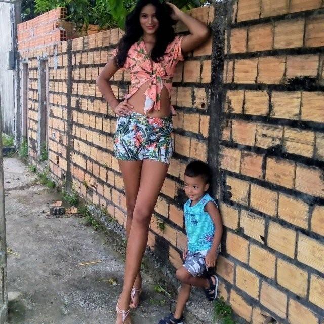 Парень начал встречаться с моделью по имени Элисане Сильва, которая на 41 сантиметр выше него (13 фото)