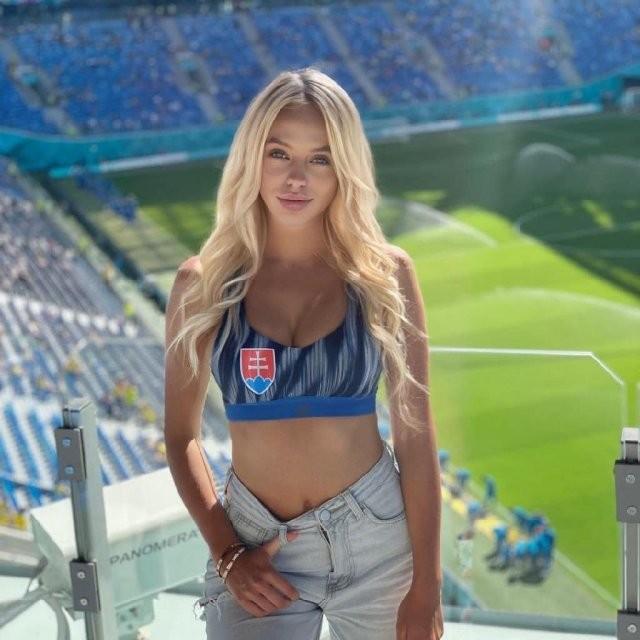 Самые красивые болельщицы Евро-2020 (17 фото)
