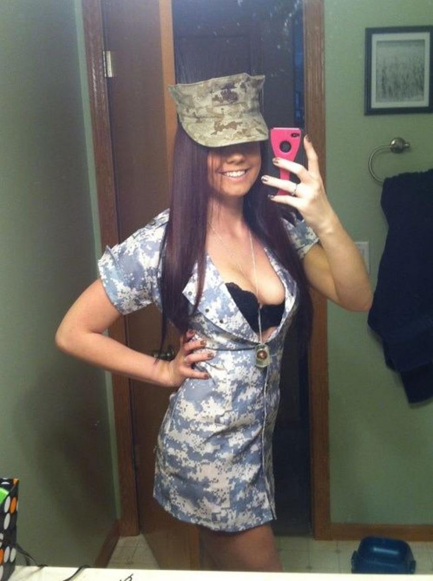 Сексуальные девушки в военной форме (15 фото)