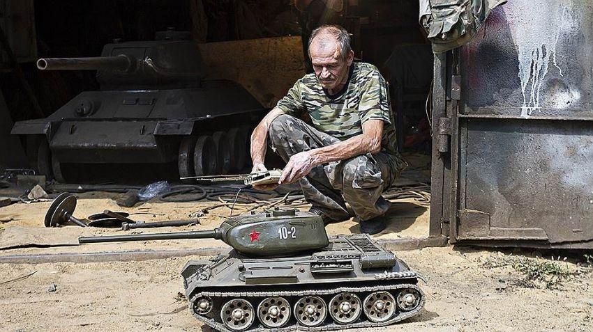Мужик делает танки в собственном гараже (3 фото)