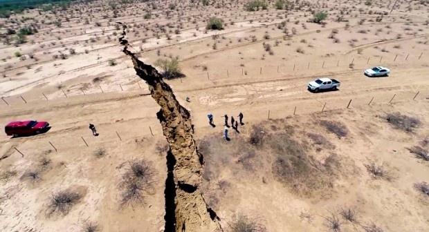 Огромная трещина расколола землю в Мексике (3 фото+ видео)
