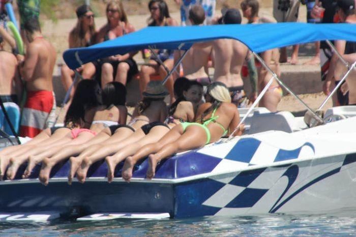 Как девушки отдыхают на озере Хавасу только топлес (67 фото)