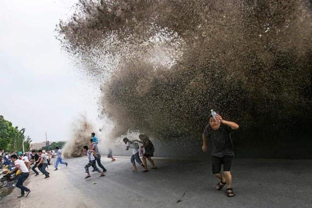 Огромная приливная волна в Ханчжоу (20 фото)