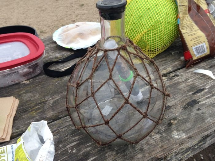 Необычное послание в бутылке из океана (14 фото)