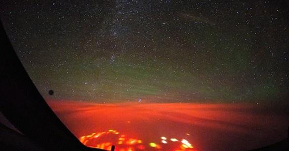 Загадки Земли: красное свечение над Тихим океаном (3 фото)