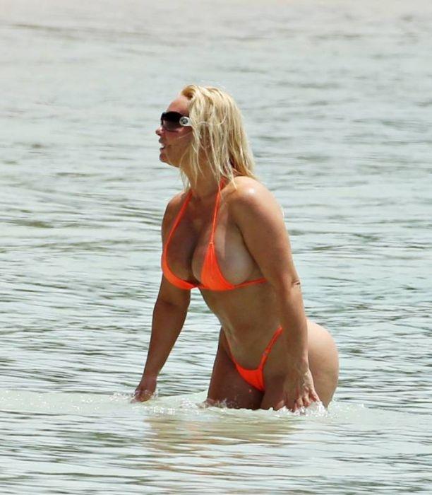 """""""Коко"""" Остин в нескромном бикини на пляже (21 фото)"""