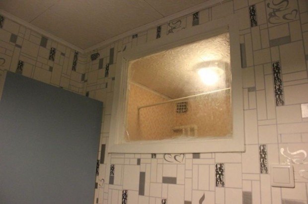 Зачем нужно окно между ванной и кухней? (4 фото)