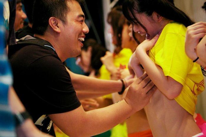 Япония: очень необычный метод сбора средств на благотворительность (18 фото)