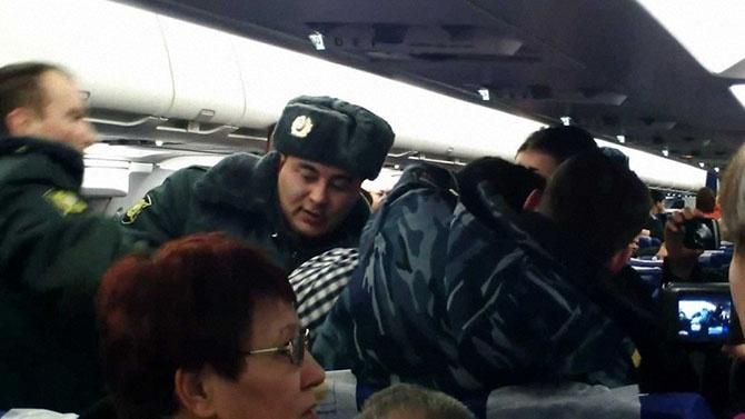 8 причин, по которым вас могут высадить из самолёта (9 фото)