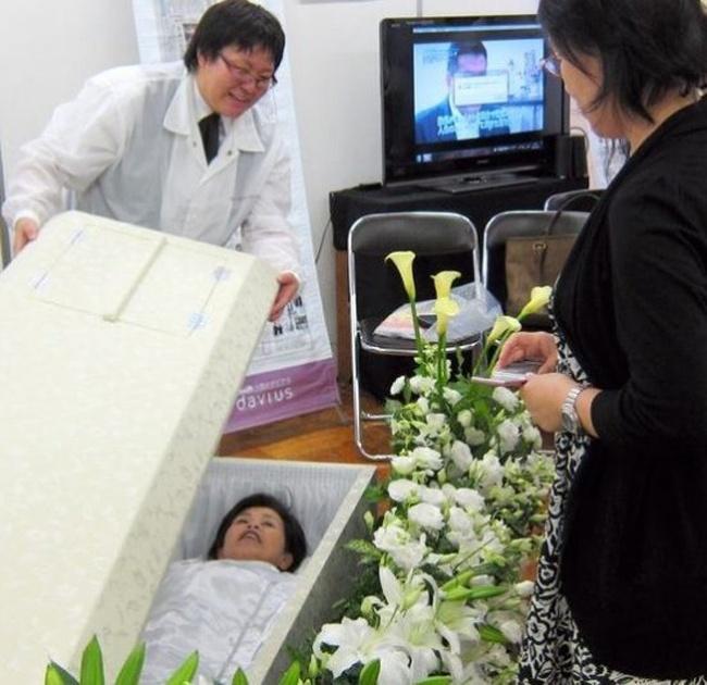 Хотите опробовать гроб? (2 фото)