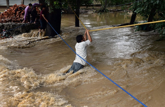 Историческое наводнение в Индии и Пакистане (27 фото)