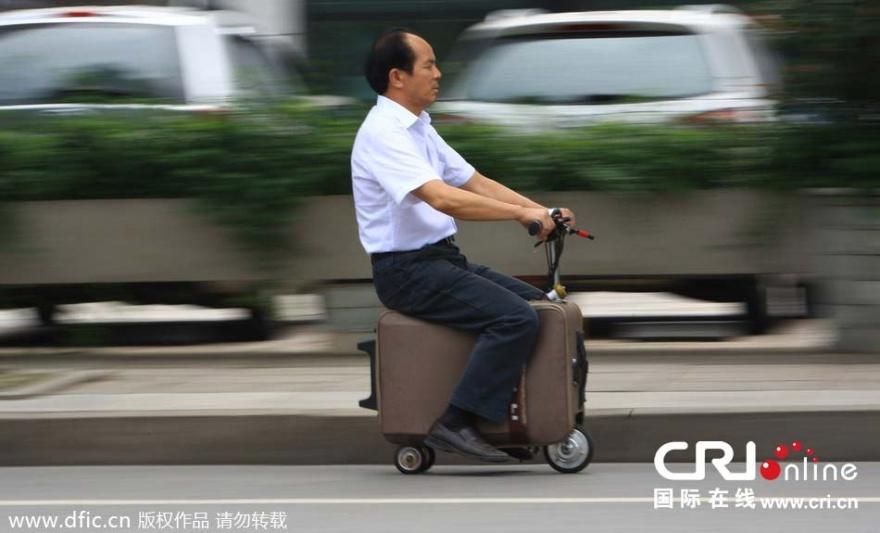 Чемодан-скутер из Китая (2 фото)