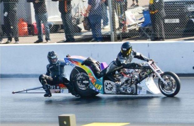 Гонщик выжил после падения с дрэг-мотоцикла на скорости более 300 км/ч (12 фото)