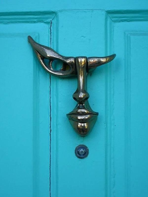 Дизайнерские дверные молотки (24 фото)
