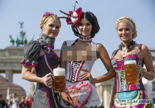 Сексуальные немки в национальных платьях (71 фото)