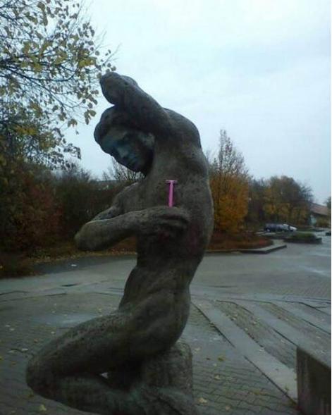 Развлекаемся со статуями (27 фото)
