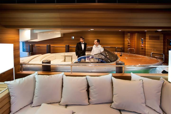 Шикарная яхта для вечеринок на море (9 фото)