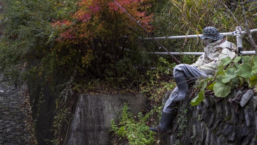 Долина кукол: в японской деревне место исчезнувших людей постепенно занимают их бездушные копии (7 фото)