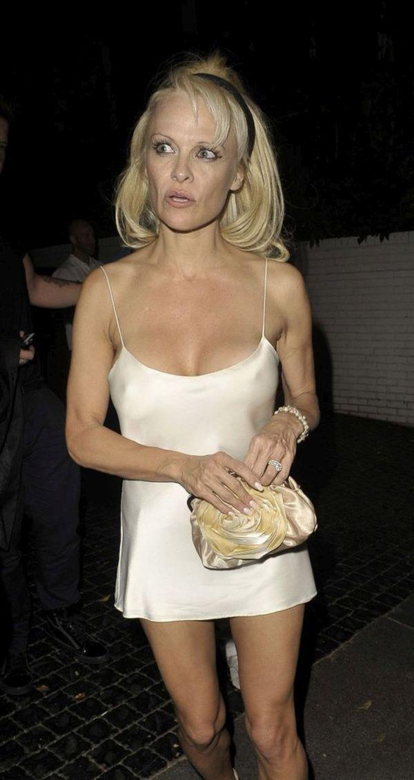 Памела Андерсон до сих пор любит откровенные платья (8 фото)