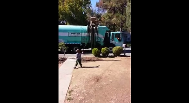 Мусорщик сделал подарок для мальчика страдающего аутизмом (1 фото + 1 видео)