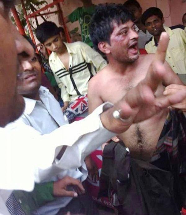 Самосуд в Индии: насильник попался на горячем (4 фото)