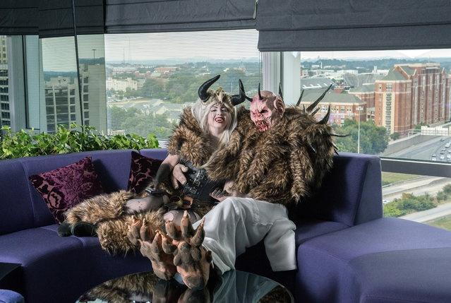 Монстры решили отдохнуть в отеле (15 фото)