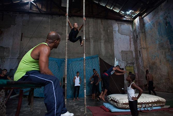 Как кубинские дети учатся цирковому искусству (14 фото)