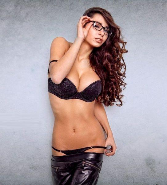 Идут ли девушкам очки? (21 фото)