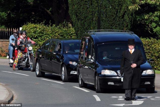Неординарные костюмированные похороны (15 фото)