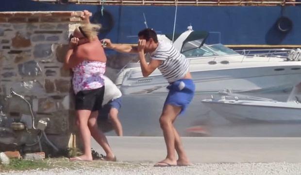Почему лучше не вставать возле турбин самолета (1 фото + 1 видео)