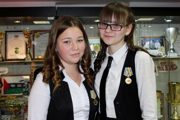 МЧС России наградило медалями двух школьниц 9-го класса (6 фото)