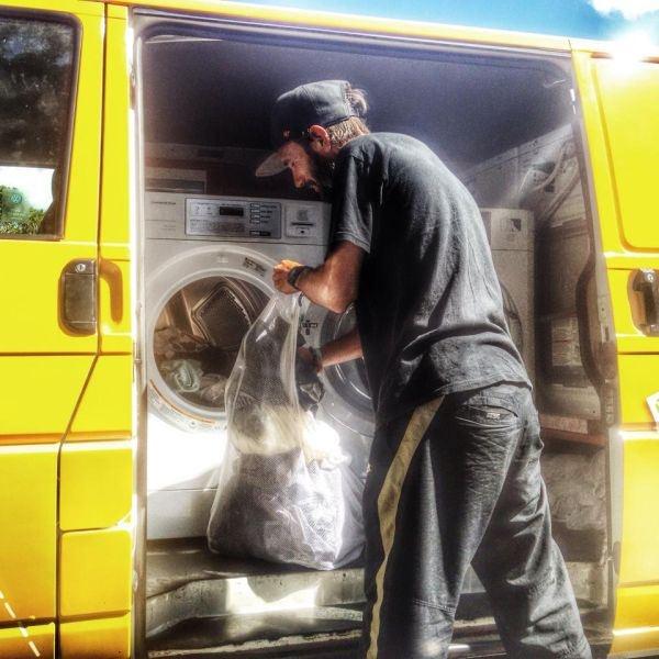 Передвижная прачечная для бездомных (15 фото)