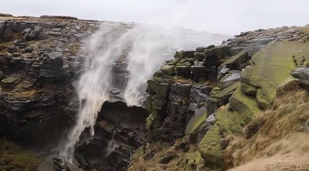 Водопад, в котором вода льется «вверх ногами» (1 фото + 1 видео)