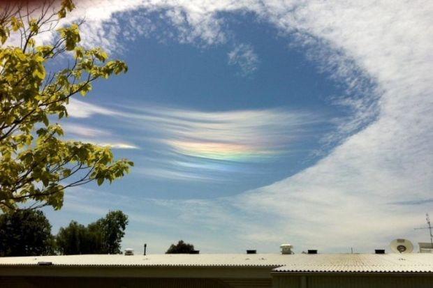 В небе Австралии обнаружили «врата в рай» с радугой внутри (6 фото)