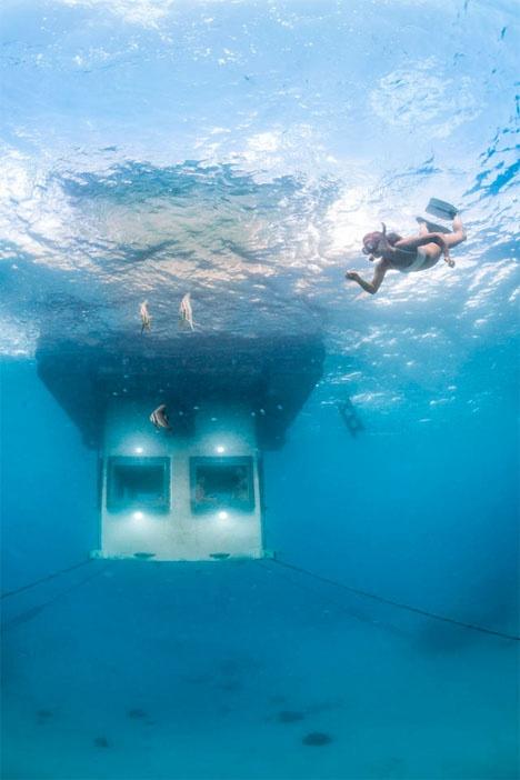 Заманчивый подводный отель (4 фото)