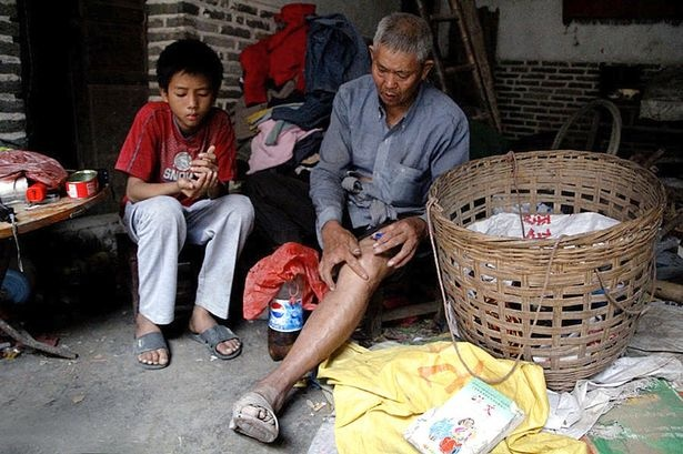 Любящий муж 12 лет держит купленную жену в клетке (3 фото)