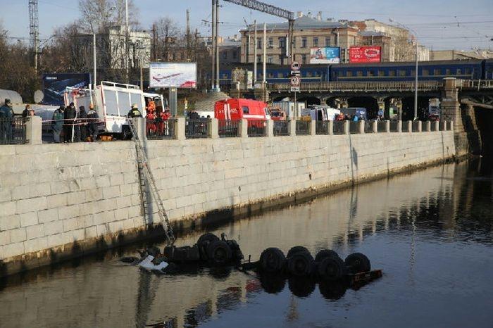 Санкт-Петербург: в Обводной канал упал бензовоз (14 фото)