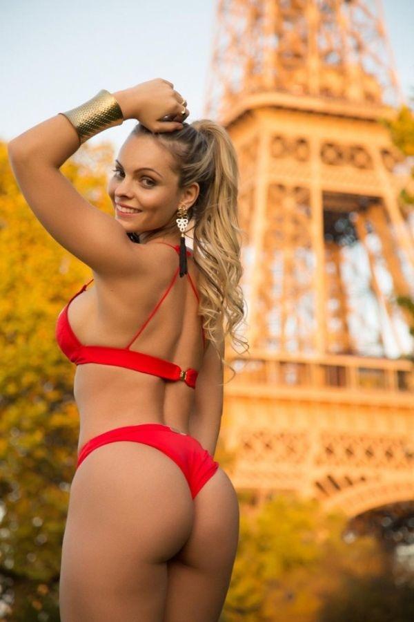 Франция: «Мисс бразильская попка» Индинара Карвальо провела интимный фотосет возле Эйфелевой башни (9 фото)