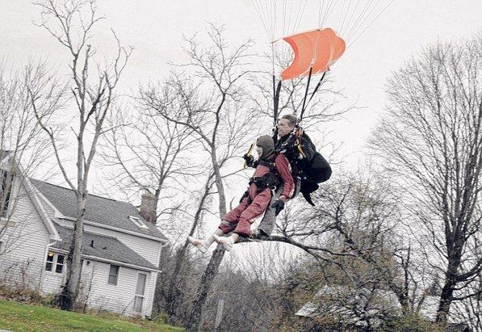 Жительница штата Нью-Йорк отметила 100-летний юбилей  прыжком с парашютом (8 фото)